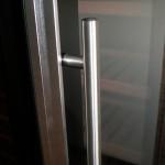 Wijn koelkast met aluminium deur en handgreep